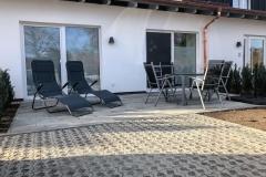 Terrasse der Ferienwohnung mit Sitzgruppe und Liegestühle
